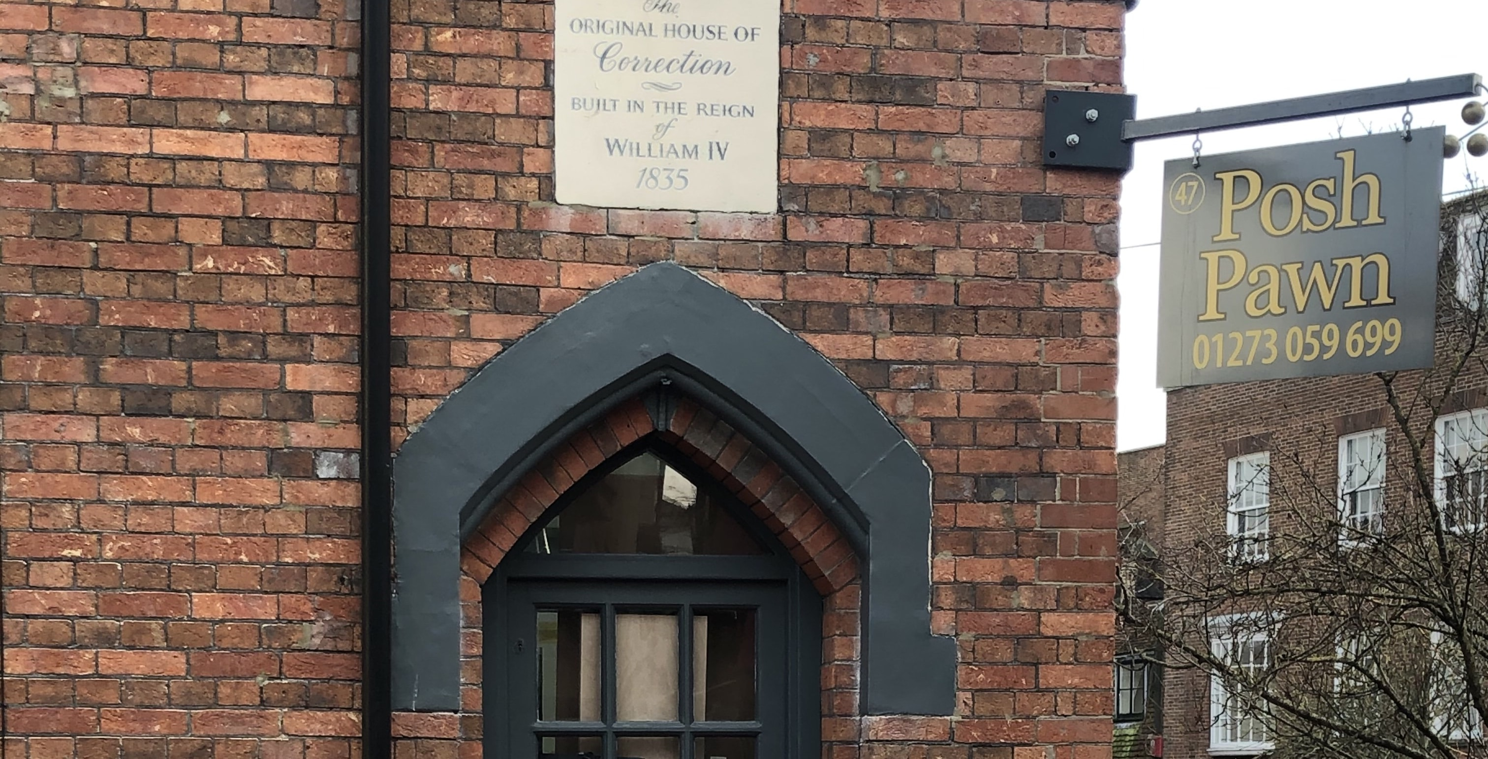 """Qué hacer en Brighton. North Laine y The Lanes. Placa """"The Original House of Correction built in the reign of William IV 1835"""""""
